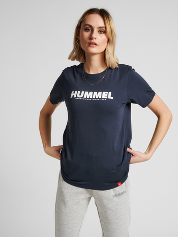 hmlLEGACY T-SHIRT, BLUE NIGHTS, model