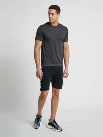 hmlJOE SEAMLESS T-SHIRT, BLACK MELANGE, model