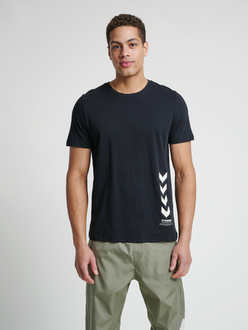 hmlDUNCAN T-SHIRT, BLACK, model