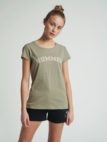 hmlCYRUS T-SHIRT, VETIVER, model
