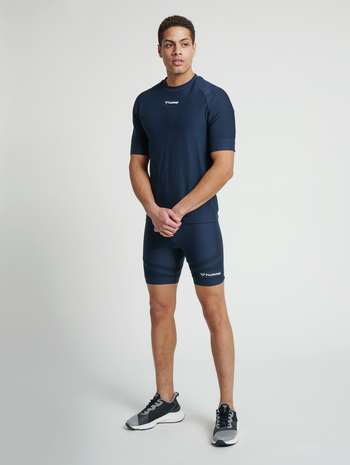 hmlCUBE SEAMLESS TIGHT SHORTS, BLUE NIGHTS, model